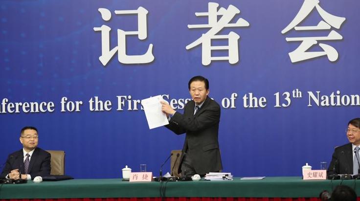 """2010年,中国科技热点:""""嫦娥""""飞上月球,""""蛟龙""""下海。"""